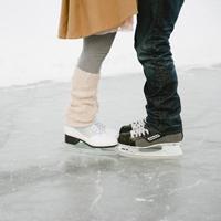 Пара в коньках.