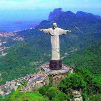Огромная скульптура Иисуса.