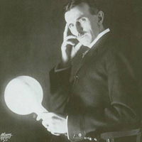 Тесла с лампочкой в своей библиотеке.